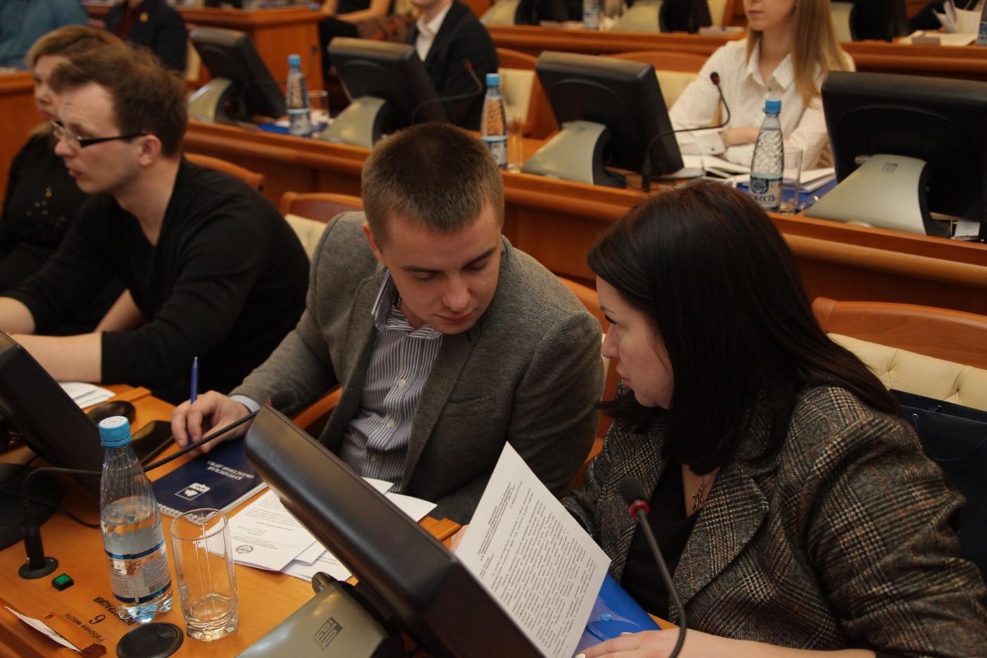 Депутаты, молодежь и профсоюзы «сверили часы»